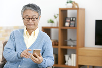 スマートフォンを操作する中高年男性