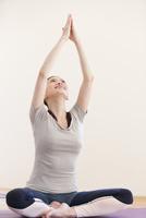 ヨガをする女性 07800057860| 写真素材・ストックフォト・画像・イラスト素材|アマナイメージズ