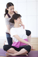 ストレッチをする2人の女性 07800057911| 写真素材・ストックフォト・画像・イラスト素材|アマナイメージズ