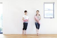 ヨガマットを持った2人の女性 07800057955| 写真素材・ストックフォト・画像・イラスト素材|アマナイメージズ