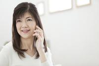電話をする中年女性