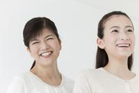 笑顔の親子 07800058010| 写真素材・ストックフォト・画像・イラスト素材|アマナイメージズ