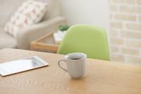 タブレットPCとティーカップ 07800058029| 写真素材・ストックフォト・画像・イラスト素材|アマナイメージズ