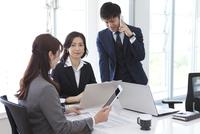 会議しているビジネスマンとビジネスウーマン 07800058081| 写真素材・ストックフォト・画像・イラスト素材|アマナイメージズ