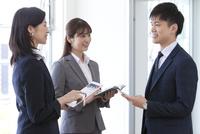 打ち合わせしているビジネスマンとビジネスウーマン 07800058083| 写真素材・ストックフォト・画像・イラスト素材|アマナイメージズ
