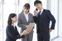 打ち合わせしているビジネスマンとビジネスウーマン 07800058085| 写真素材・ストックフォト・画像・イラスト素材|アマナイメージズ