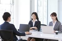 会議しているビジネスマンとビジネスウーマン 07800058086| 写真素材・ストックフォト・画像・イラスト素材|アマナイメージズ