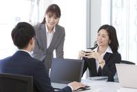 会議しているビジネスマンとビジネスウーマン 07800058087| 写真素材・ストックフォト・画像・イラスト素材|アマナイメージズ