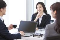 会議しているビジネスマンとビジネスウーマン 07800058089| 写真素材・ストックフォト・画像・イラスト素材|アマナイメージズ