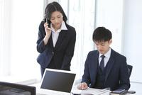 仕事しているビジネスマンとビジネスウーマン 07800058092| 写真素材・ストックフォト・画像・イラスト素材|アマナイメージズ