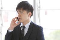 通話しているビジネスマン 07800058094| 写真素材・ストックフォト・画像・イラスト素材|アマナイメージズ