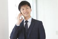 通話しているビジネスマン 07800058097| 写真素材・ストックフォト・画像・イラスト素材|アマナイメージズ