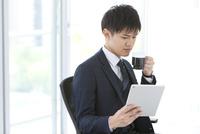 コーヒーカップを持っているビジネスマン 07800058099| 写真素材・ストックフォト・画像・イラスト素材|アマナイメージズ