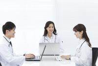 パソコンを操作している医師 07800058104| 写真素材・ストックフォト・画像・イラスト素材|アマナイメージズ