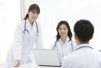 話をしている医師 07800058105| 写真素材・ストックフォト・画像・イラスト素材|アマナイメージズ