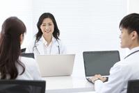 話をしている医師 07800058107| 写真素材・ストックフォト・画像・イラスト素材|アマナイメージズ