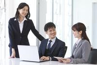 会議しているビジネスマンとビジネスウーマン 07800058109| 写真素材・ストックフォト・画像・イラスト素材|アマナイメージズ