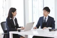 打ち合わせしているビジネスマンとビジネスウーマン 07800058110| 写真素材・ストックフォト・画像・イラスト素材|アマナイメージズ
