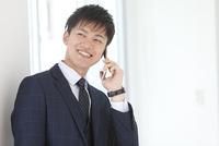 通話しているビジネスマン 07800058119| 写真素材・ストックフォト・画像・イラスト素材|アマナイメージズ