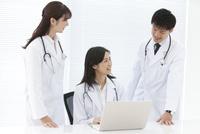 話をしている医師 07800058120| 写真素材・ストックフォト・画像・イラスト素材|アマナイメージズ