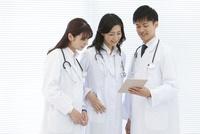 タブレットPCを見ている医師 07800058121| 写真素材・ストックフォト・画像・イラスト素材|アマナイメージズ