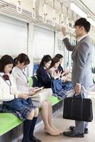 電車移動している男女 07800058124| 写真素材・ストックフォト・画像・イラスト素材|アマナイメージズ
