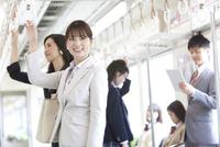 電車移動している男女 07800058128| 写真素材・ストックフォト・画像・イラスト素材|アマナイメージズ