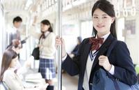 電車通学している女子高生 07800058132  写真素材・ストックフォト・画像・イラスト素材 アマナイメージズ