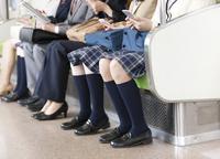 電車移動している男女 07800058142| 写真素材・ストックフォト・画像・イラスト素材|アマナイメージズ