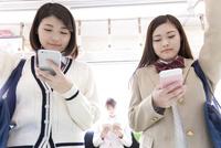 電車通学する女子高生 07800058148  写真素材・ストックフォト・画像・イラスト素材 アマナイメージズ