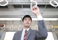 通勤電車に乗るビジネスマン 07800058167| 写真素材・ストックフォト・画像・イラスト素材|アマナイメージズ