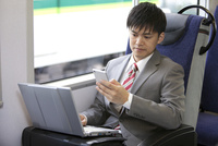 通勤電車で仕事するビジネスマン 07800058169| 写真素材・ストックフォト・画像・イラスト素材|アマナイメージズ
