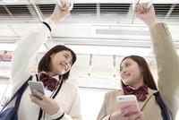 電車通学する女子高生 07800058177  写真素材・ストックフォト・画像・イラスト素材 アマナイメージズ