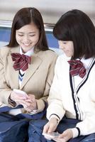 電車通学する女子高生 07800058178  写真素材・ストックフォト・画像・イラスト素材 アマナイメージズ
