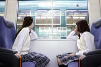 電車に座って外を眺める女子高生 07800058179  写真素材・ストックフォト・画像・イラスト素材 アマナイメージズ