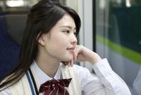 電車通学する女子高生 07800058182  写真素材・ストックフォト・画像・イラスト素材 アマナイメージズ