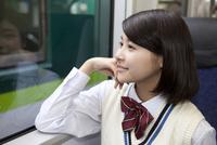 電車通学する女子高生 07800058185  写真素材・ストックフォト・画像・イラスト素材 アマナイメージズ
