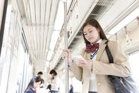 電車通学している女子高生 07800058201  写真素材・ストックフォト・画像・イラスト素材 アマナイメージズ