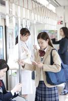 電車通学する女子高生 07800058211  写真素材・ストックフォト・画像・イラスト素材 アマナイメージズ