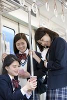 電車通学する女子高生 07800058219  写真素材・ストックフォト・画像・イラスト素材 アマナイメージズ