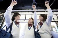 電車通学する女子高生 07800058225  写真素材・ストックフォト・画像・イラスト素材 アマナイメージズ