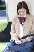 電車通学する女子高生 07800058231  写真素材・ストックフォト・画像・イラスト素材 アマナイメージズ