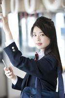 電車通学する女子高生 07800058233  写真素材・ストックフォト・画像・イラスト素材 アマナイメージズ