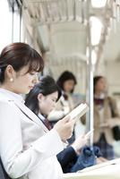 通勤電車に乗るビジネスウーマン 07800058243  写真素材・ストックフォト・画像・イラスト素材 アマナイメージズ