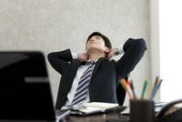 座って考えるビジネスマン 07800058451| 写真素材・ストックフォト・画像・イラスト素材|アマナイメージズ