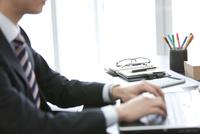 ノートパソコンを操作するビジネスマン 07800058455| 写真素材・ストックフォト・画像・イラスト素材|アマナイメージズ