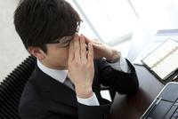 目元を押さえるビジネスマン 07800058481  写真素材・ストックフォト・画像・イラスト素材 アマナイメージズ