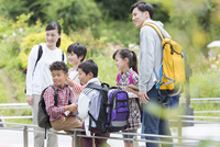 課外学習中の小学生と先生 07800058517| 写真素材・ストックフォト・画像・イラスト素材|アマナイメージズ