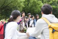 課外学習中の小学生と先生 07800058519| 写真素材・ストックフォト・画像・イラスト素材|アマナイメージズ