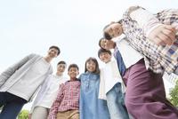笑顔の小学生と先生 07800058520| 写真素材・ストックフォト・画像・イラスト素材|アマナイメージズ